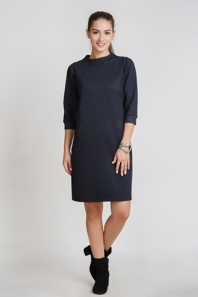 Платье женское Контральто с рукавом 3/4Платья<br>Платье прямого силуэта длиной до колена, небольшим воротником-стойкой, рукавом 3/4, с оригинальной отделкой манжета и боковых вставок.<br>Рост модели -&amp;nbsp;165 см.<br>Ткань -&amp;nbsp;60% вискоза, 35% п/э, 5% лайкра.<br><br>Размер: 52